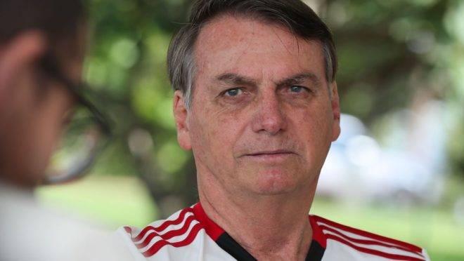 O presidente da República Jair Bolsonaro conversa com a imprensa no Palácio da Alvorada