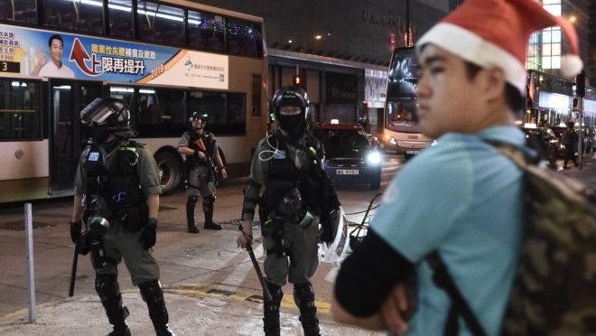 As comemorações de Natal de Hong Kong foram marcadas por confrontos esporádicos entre policiais e ativistas pró-democracia.