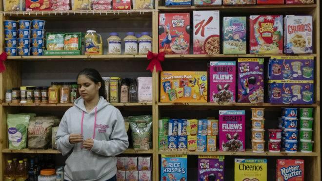 Vendedora aguarda clientes em loja de produtos importados em Caracas, Venezuela, 22 de dezembro de 2019