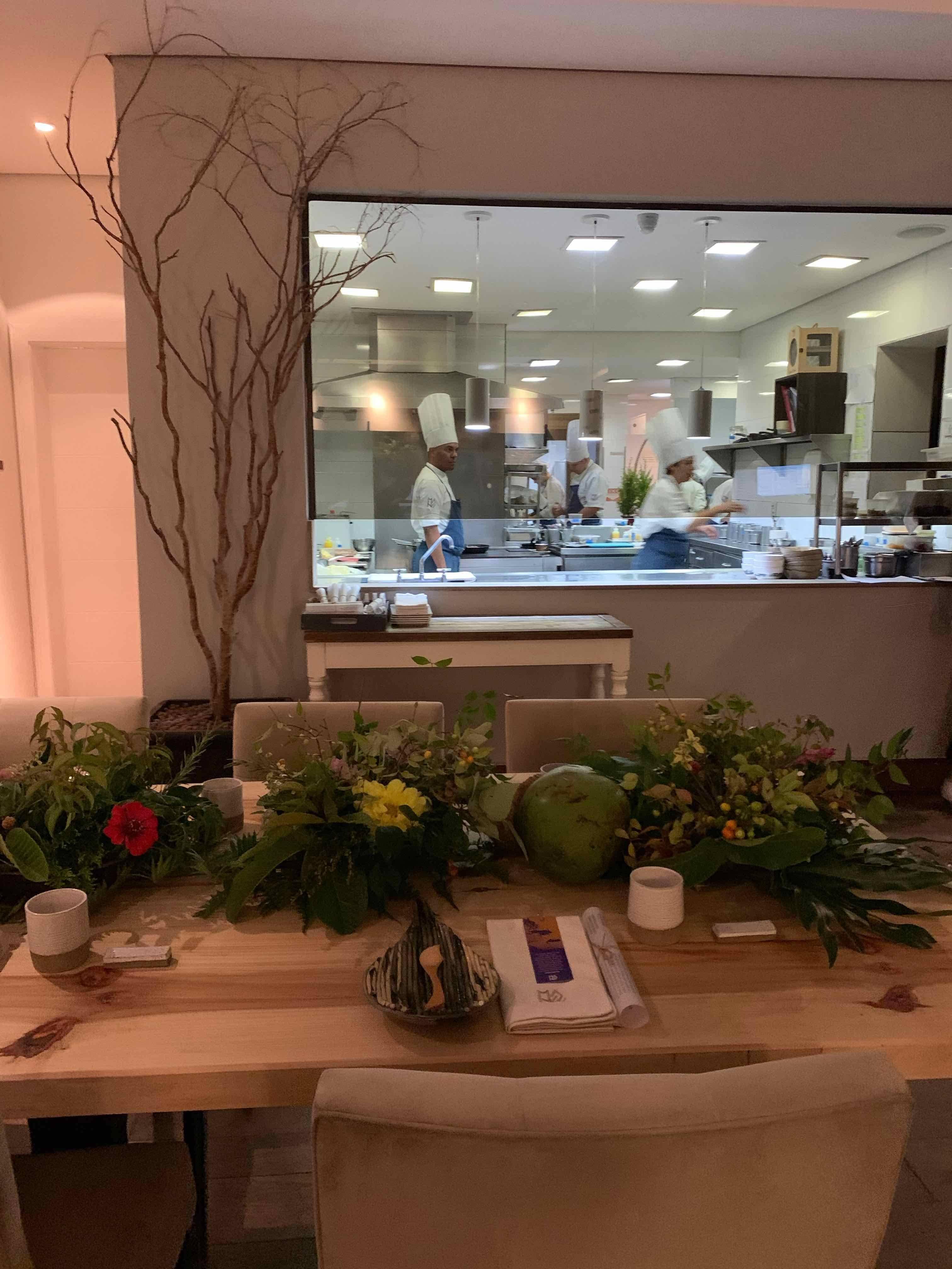 Galhos, frutas, flores enfeitavam três <strong>mesas</strong> enormes de <strong>madeira</strong> que mudaram a cara do restaurante.