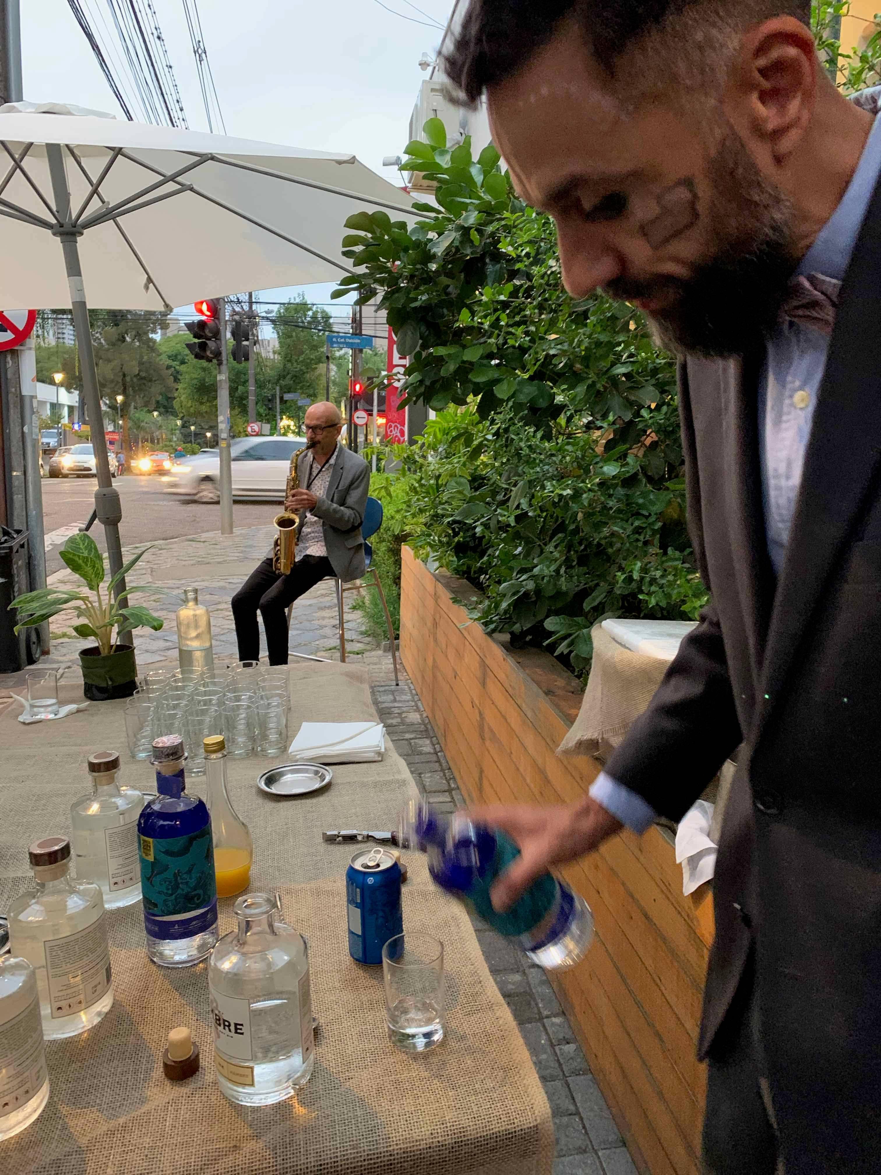 Música e drinks na calçada em frente ao restaurante