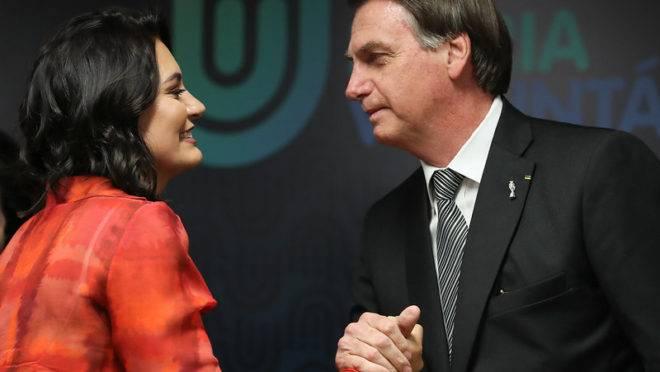O presidente da República, Jair Bolsonaro, ao lado de sua esposa, Michelle Bolsonaro