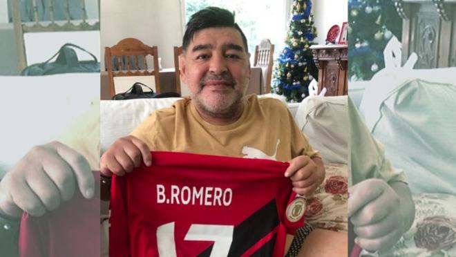 Maradona recebeu camisa do Athletico de presente de Braian Romero