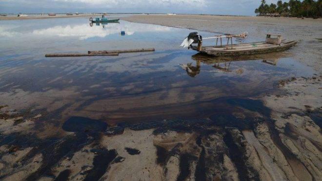 Praia do Nordeste do Brasil com óleo em suas areias
