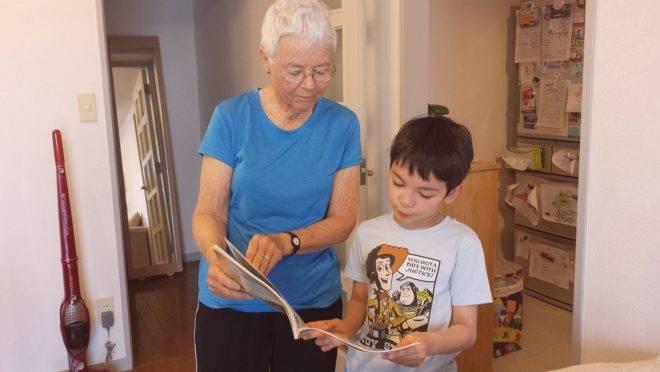 A escassez de recursos públicos a favor da conciliação entre trabalho e família, faz do avô e da avó um apoio educativo insubstituível