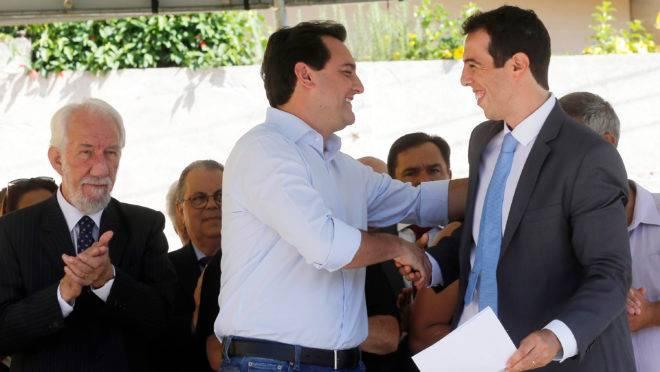 Carlos Massa Ratinho Junior (PSD) cumprimenta o secretário da Educação, Renato Feder