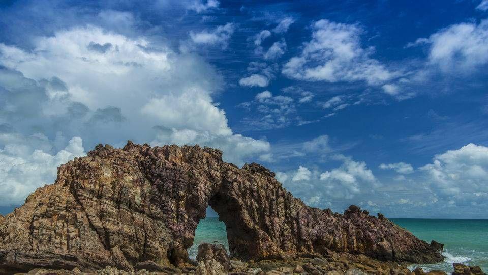 Pedra Furada, o símbolo do Parque Nacional de Jericoacoara. Foto: Maria Cristina Sakai/WikiMedia Commons