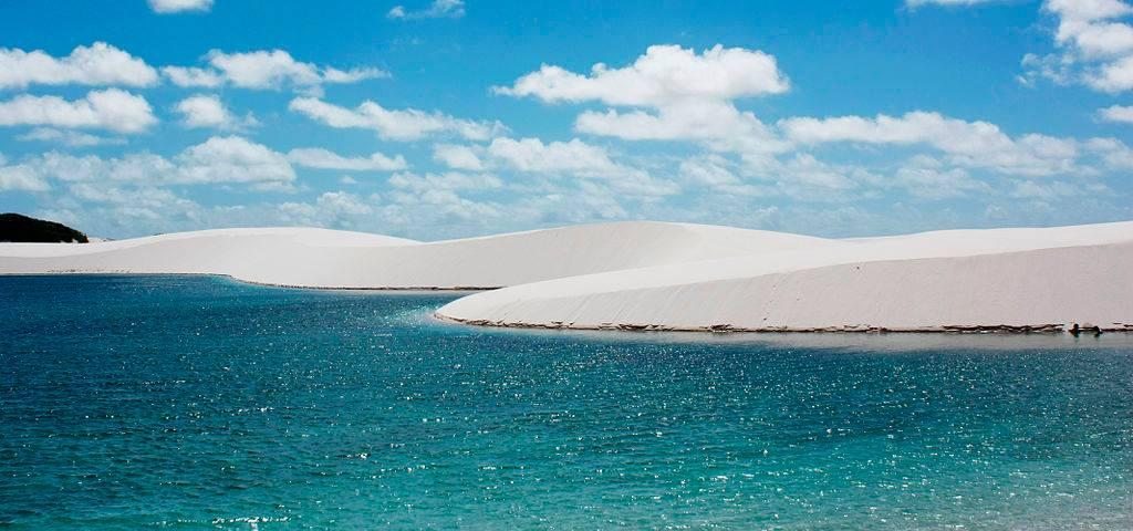 Lagoa formada pela chuva e duna de areia no Parque Nacional dos Lençóis Maranhenses. Foto: Artur Warchavchik/ WikiMedia Commons