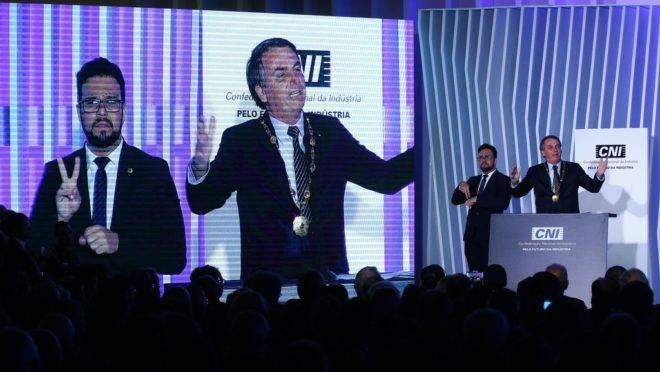 O presidente Jair Bolsonaro recebe o Grande Colar da Ordem do Mérito Industrial da CNI