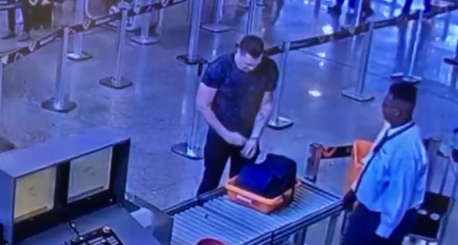 Imagens do circuito de segurança do Aeroporto Tom Jobim mostram Eduardo Fauzi passando por procedimentos de embarque, na tarde de domingo (29), com destino a Paris.