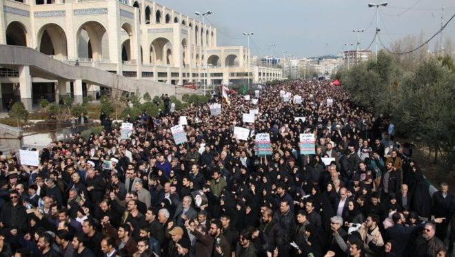 """Iranianos protestam pela morte de Soleimani: """"muita gente fez do Irã quase um regime democrático, vítima do mal americano e israelense""""."""