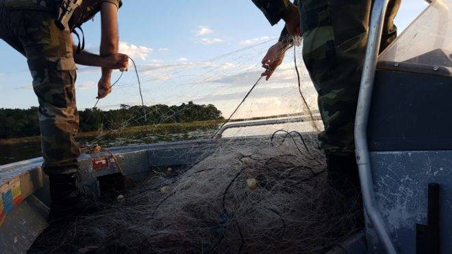 Ação da polícia ambiental contra pesca ilegal no Paraná em 2019.