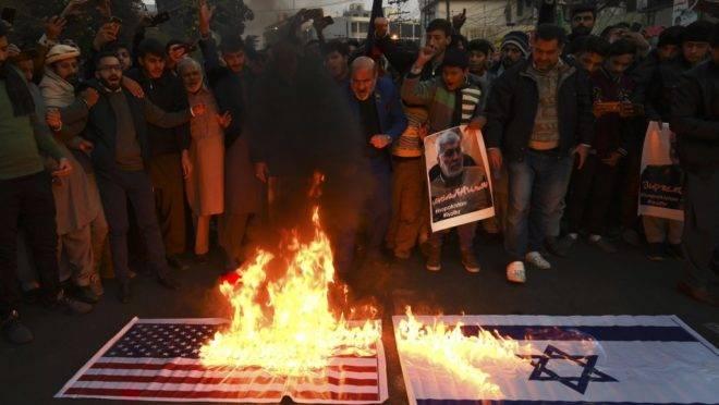 Manifestantes queimam bandeiras dos EUA e Israel