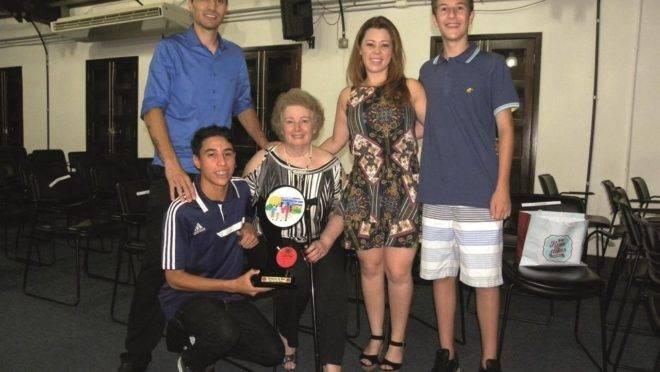 Zoraida, no centro, recebeu o Prêmio Destaque Esportivo de Curitiba, em 2018. Foto: Arquivo pessoal