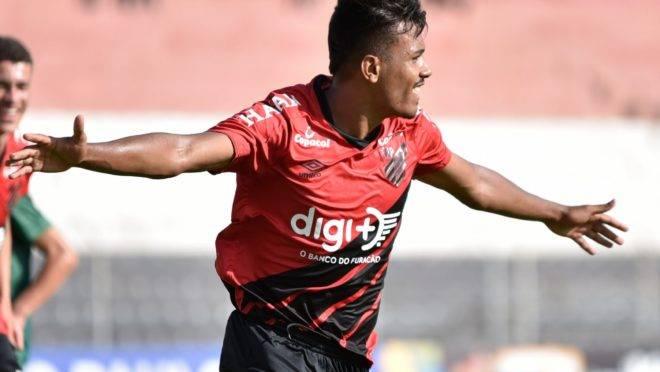 Vinicius Mingotti comemora o primeiro gol do Athletico na estreia da Copinha 2020