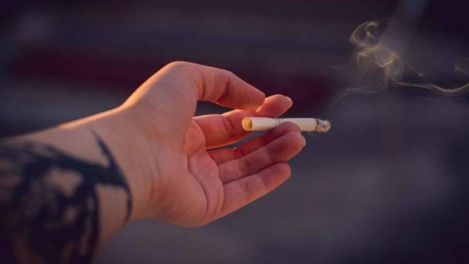 """Por ter uma substância psicoestimulante, o cigarro colabora no processo de """"acordar"""" da pessoa e não favorece o sono."""