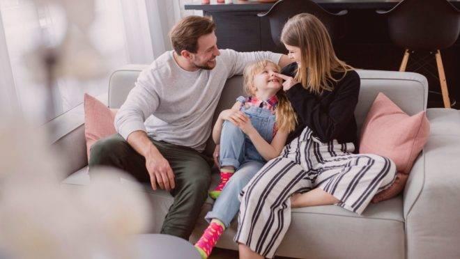 Crianças aprendem e desenvolvem seu comportamento observando os outros, principalmente os pais, e isso inclui o uso da tela