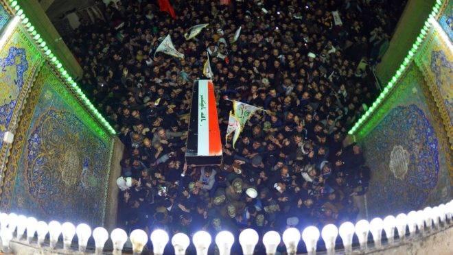 Multidão acompanha o funeral do general iraniano morto após ataque dos EUA.