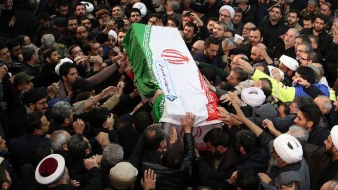 Multidão em Teerã carrega o caixão do general iraniano Qasem Suleimani, morto em ataque aéreo na semana passada em Bagdá