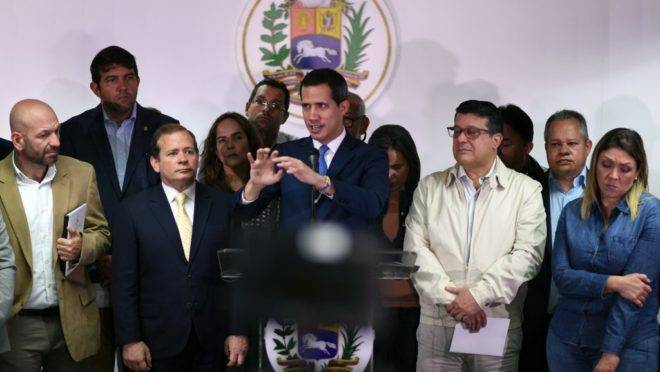 O líder da oposição na Venezuela, Juan Guaidó, em coletiva de imprensa um dia após a controversa votação no Parlamento, em Caracas, 6 de janeiro de 2020