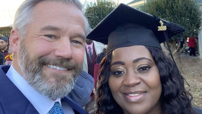 Latonya é cabeleireira e motorista de aplicativo, e teve sua vida transformada ao conhecer Kevin Esch, um passageiro que pagou suas dívidas com a faculdade.