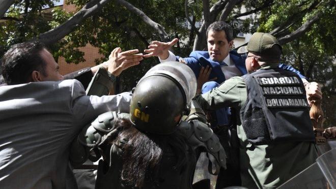 Membros da Guarda Nacional Bolivariana impedem Juan Guaidó de entrar na Assembleia Nacional em 5 de janeiro.