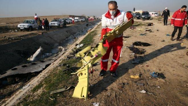 Equipes de resgate recuperam os restos de avião ucraniano que caiu em Teerã
