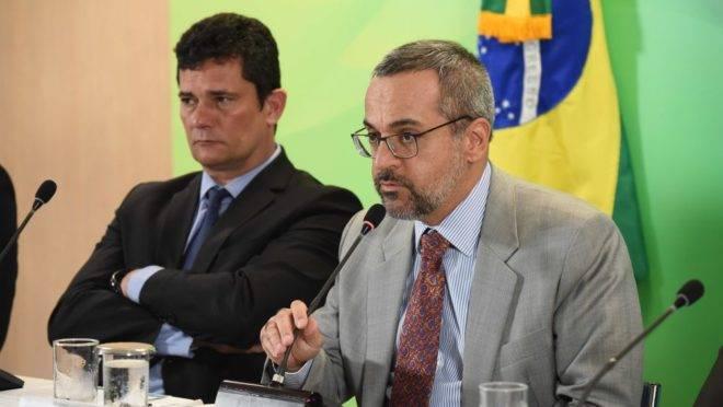Os ministros da Segurança Pública, Sergio Moro, e da Educação Abraham Weintraub, durante coletiva de imprensa nesta manhã.