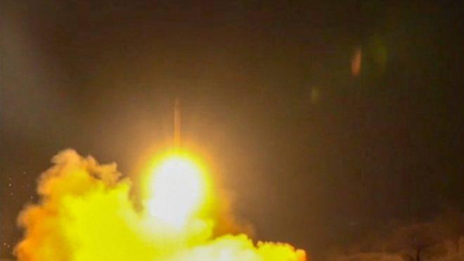 Imagem da TV estatal do Irã supostamente mostra foguetes lançados da república islâmica contra base militar em Ein Al-Asad, no Iraque