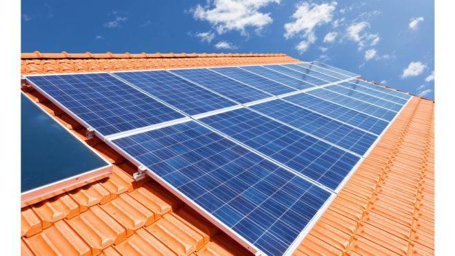 Telhado de casa com painéis solares instalados.