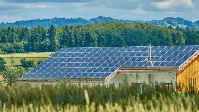 Casa com painéis solares instalados no telhado