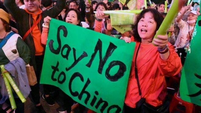 Apoiadores da presidente de Taiwan Tsai Ing-wen em marcha em Taipé, 10 de janeiro de 2020, um dia antes das eleições para presidente e parlamento