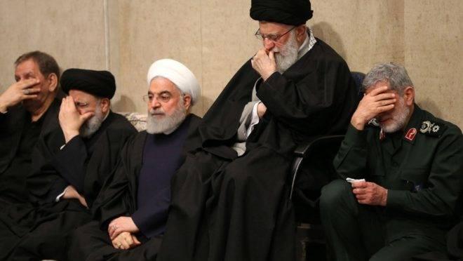 Aiatolá Khamenei, o presidente Hassan Rouhani e o novo chefe das Forças Quds Esmail Gaani em cerimônia em homenagem ao general Qasem Suleimani em Teerã, Irã, 9 de janeiro de 2020