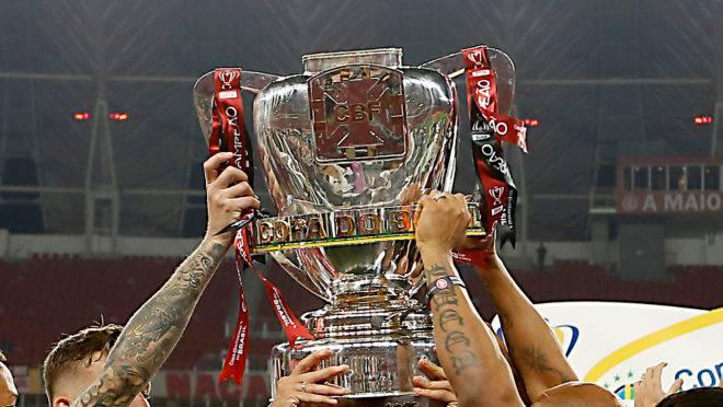 Caneco foi erguido pelo Athletico no ano passado.