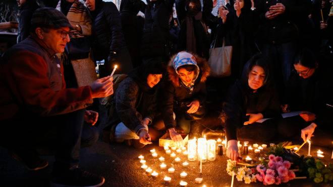 Iranianos prestam homenagens às vítimas e protestam contra autoridades após confirmação de que 737 da Ukraine Airlines foi abatido por mísseis do país.