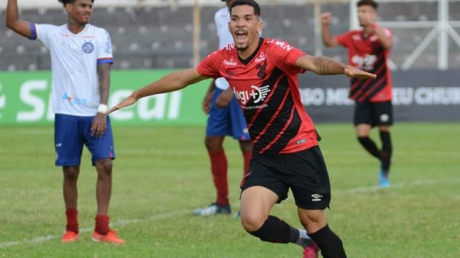 Paulo Victor fez o gol do Athletico no tempo normal