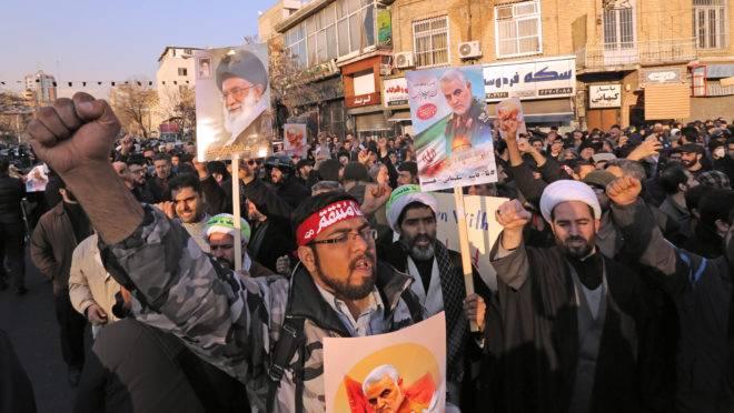 Manifestação pró-Irã em frente da embaixada britânica em Teerã.