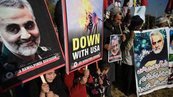 Iranianos protestam  contra ataque norte-americano que matou general Qassem Soleimani no Iraque