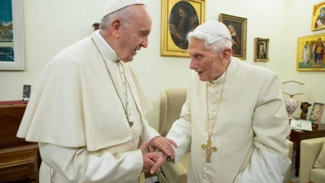 Papa emérito Bento XVI e papa Francisco em encontro no Vaticano, em dezembro de 2018.