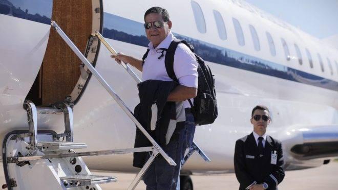 Vice-presidente Mourão usará dois aviões e um helicóptero para chegar à estação