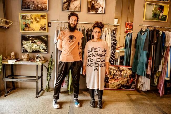Alexandre e Thifany, da marca H-AL: matéria-prima com excedentes de plásticos e tecidos
