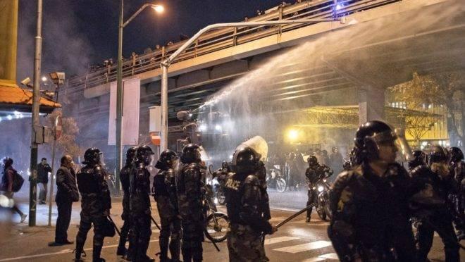 Polícia iraniana dispersa multidão com jatos de água