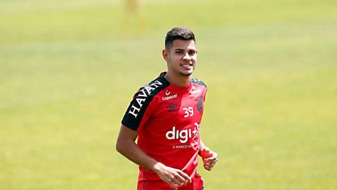 Bruno Guimarães está com um pé no Benfica.