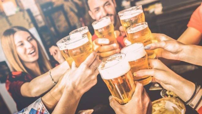 Jovens reduzem consumo de álcool, mas bebida ainda afeta