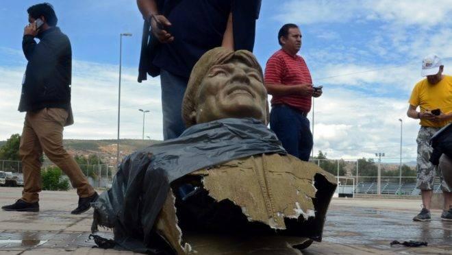 """Estátua do ex-presidente boliviano Evo Morales após ter sido derrubada pelo Ministério dos Esportes de um estádio em Cochabamba, 13 de janeiro de 2019. O estádio mudou seu nome de """"Evo Morales"""" para """"Quillacollo"""""""