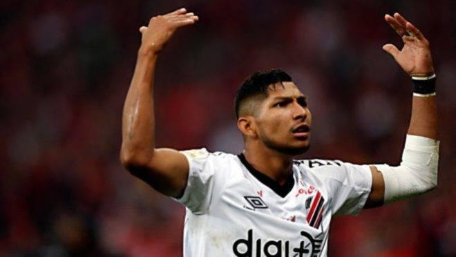 Rony negocia renovação com o Athletico e interessa ao Corinthians