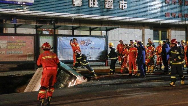 Cratera se abre no meio da rua e em gole õnibus na China