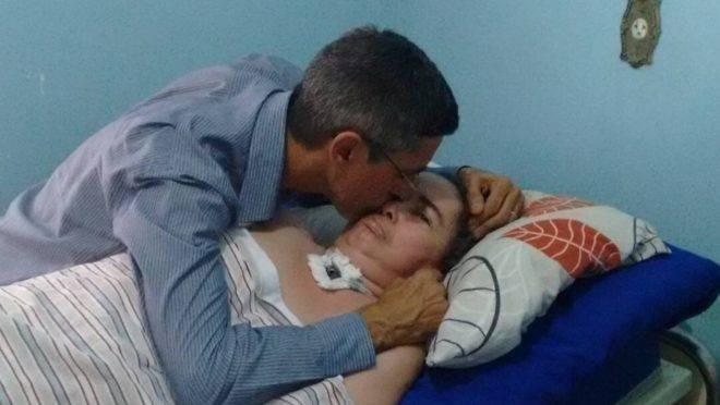 Há 12 anos Gláucia está em estado vegetativo e Adílio é o responsável pelos cuidados diários de sua amada em casa