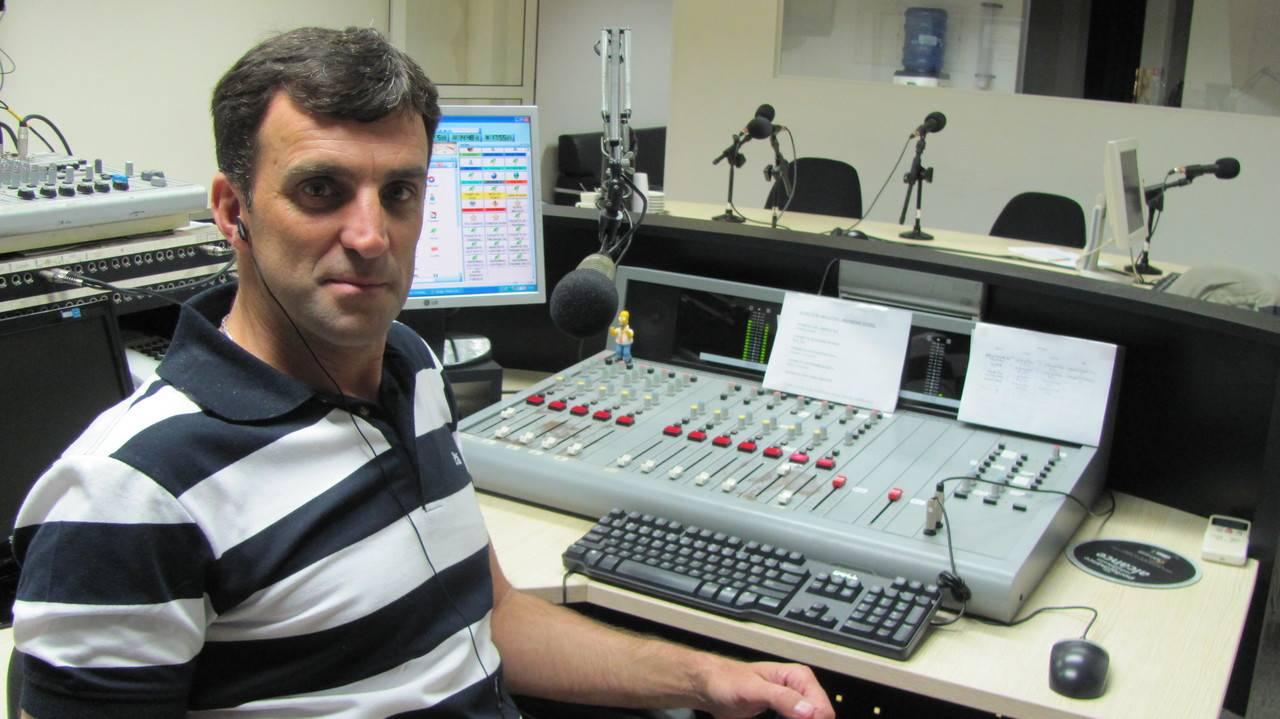 Gerson, em ação na rádio. Divulgação.
