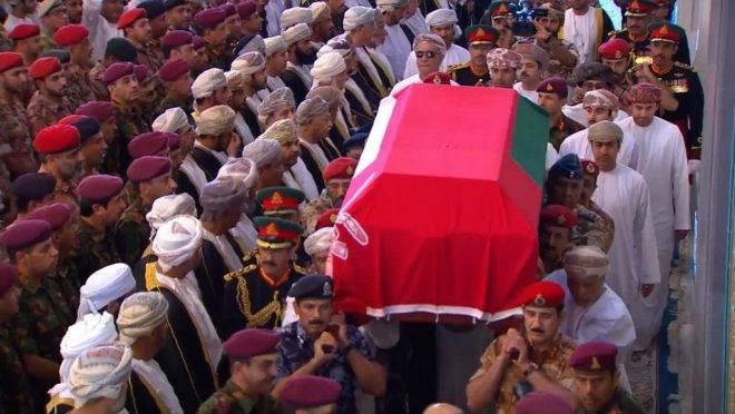 Militares do Omã carregam o caixão do sultão Qaboos bin Said al Said, que morreu aos 79 anos na capital Mascate em 10 de janeiro